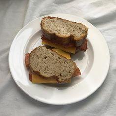 오종 빵에 치즈랑 베이컨 가득! 베이컨 너무 올려서 조금 짰지만 >_< 토마토나 양파 등 채소는 안넣었다. 귀찮아!