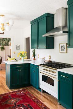 Inexpensive green kitchen cabinets design ideas for kitchen interior 00025 ~ Home Decoration Inspiration Dark Green Kitchen, Green Kitchen Cabinets, Diy Kitchen, Kitchen Decor, Teal Cabinets, Kitchen Cupboard, Awesome Kitchen, Kitchen Modern, Kitchen Cabinetry