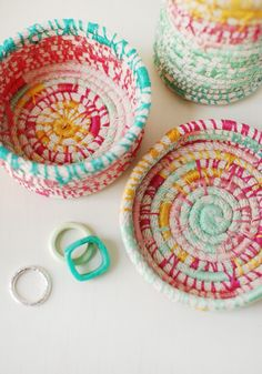 Seen In: Mollie Makes & Das Haus Ideen Magazin How to Make Coiled Vessels by LIsa Tilse for Mollie Makes. idea tutorialHow to Make Coiled Vessels by LIsa Tilse for Mollie Makes. Hobbies And Crafts, Crafts To Make, Arts And Crafts, Rope Basket, Basket Weaving, Diy Trend, Embroidery Designs, Fabric Bowls, Mollie Makes
