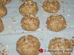 Εξαιρετική συνταγή για Ελαφριά μπισκότα βρώμης με άρωμα πορτοκάλι. Εύκολα μπισκότα, χωρίς πολλές θερμίδες. Λίγα μυστικά ακόμα Στην συνταγή αυτή μπορείτε να κάνετε αρκετές προσθήκες υλικών, όπως σταγόνες σοκολάτας, κανέλλα, χυμό μανταρίνι.ΠροσοχήΌταν τα βγάλετε είναι πολύ μαλακά αλλά όταν κρυώσουν σκληραίνουν, μην τα ψησετε περισσότερο.Ευχαριστούμε την ANGOLINA για τις φωτογραφίες βήμα βήμα. Comme Un Chef, Le Chef, Vegetarian Recipes, Cooking Recipes, Healthy Recipes, Sweet Cookies, Sweet Treats, The Kitchen Food Network, Oat Bars