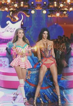 Cara Delevingne y Kendall Jenner. Victoria Secret Angels, Victoria Secret Fashion Show, Victorias Secret Models, Kendall Jenner Hot Body, Top Models, Cara Delvingne, Jenner Girls, Catwalk Models, Vs Fashion Shows