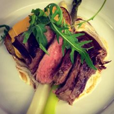Flank steak with asparagus, cheddar potatoes and foie gras sauce Cheddar Potatoes, Flank Steak, Foie Gras, Fun Cooking, Wine Recipes, Asparagus, Herbalism, Restaurant, Foods