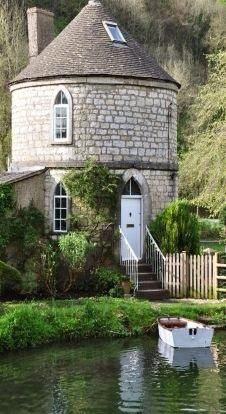 The Chalford Round House ~ Glouchester, England. The Chalford Roundhouse is one of five similar houses along the Thames and Severn Canal in Gloucestershire, England. They were built in the to house the families of canal workers. Beautiful Buildings, Beautiful Homes, Beautiful Places, Beautiful Pictures, Unusual Homes, Cabins And Cottages, Stone Cottages, Round House, Cozy Cottage