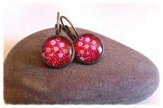 Para seguir dando color al otoño!  Pendientes en bronce con cabuchon en cristal en color rojo con detalle de flores.  Tamaño del cabuchon 12 mm