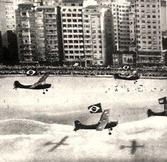 """PRAIA DE COPACABANA : Nosso prezado Renato Libeck enviou para vários FRA - Fotologs do Rio Antigo inúmeras fotografias de seu excepcional acervo.  Por isso já não tenho certeza das que já foram publicadas ou não.  Embora aqui não seja o """"Voando para o Rio"""", publicamos uma simpática visão do desfile desfile de Craveiro Lopes pela Avenida Atlântica, em 1957.   Os aviões estão em frente ao Hotel ..."""