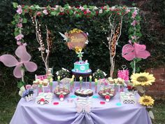 Pretty dessert table at a Tinkerbell birthday part - St Valentin Fleurs Butterfly Birthday Party, Garden Birthday, Fairy Birthday Party, 1st Birthday Parties, Ciara Birthday, Birthday Ideas, Tinkerbell Party Theme, Fairy Baby Showers, Fairy Tea Parties