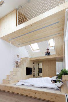 Construído na 2016 na Moscou, RússiaDois adultos e três crianças passam quase todos os finais de semana na sua casa de veraneio que possui um dormitório no sótão. As crianças se reúnem...