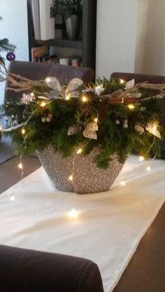 Kerst stuk gemaakt van verschillende soorten conifeer, gestoken in oase. Leuk om je kersttafel op te leuken