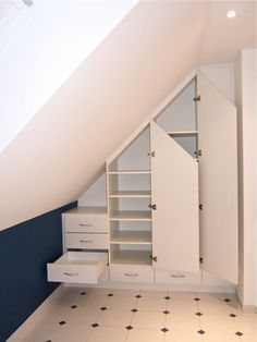 Billedresultat for dressing sous pente Closet Under Stairs, Loft Conversion Bedroom, Attic Bed, Loft Room, White Bedding, Home Decor Furniture, Home Staging, My Room, Drawers