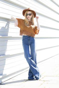 look-boho-camiseta-ante-pantalon-campana-pamela-marron-03