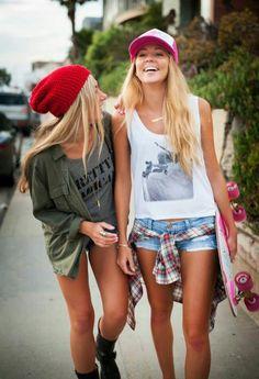 amigas caminando por la calle y riendo