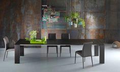 Tavolo in legno allungabile Atlante La scelta del nome ATLANTE non è un caso per un tavolo allungabile così importante. La struttura, semplice e rigorosa, esalta la sua funzionalità e lo rende versatile per ogni situazione.