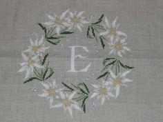 Rouge du Rhin : monogramme aux edelweiss Cross Stitch Borders, Cross Stitch Flowers, Cross Stitching, Cross Stitch Patterns, Embroidery Thread, Cross Stitch Embroidery, Embroidery Patterns, Sewing Patterns, German Decor