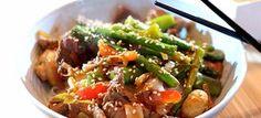 Deze beef teriyaki met roergebakken groene asperges, sugarsnaps en rijstnoedels heb je in een half uurtje gemaakt. Lekker en makkelijk, hier het recept.