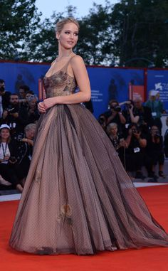 "US actress Jennifer Lawrence attends the premiere of the movie ""Mother"" presented in competition at the Venice Film Festival on September 2017 at Venice Lido. Prettiest Actresses, Celebs, Celebrities, Jennifer Lawrence, Beautiful Gowns, Hottest Photos, Well Dressed, Passion For Fashion, High Fashion"
