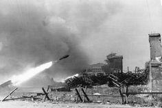 1944, Pologne, Varsovie, Des soldats allemands installent des rockets Schweres Wurfgerät 40 pendant l'insurrection de la ville 7/7 | by ww2gallery