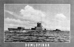 SON SÖZ VATAN SAĞOLSUN!!! 1953 yılı… 3 Nisan'ı 4 Nisan'a bağlayan gece, Dumlupınar denizaltısı Ege'de katıldığı NATO tatbikatından geri dönüş yolunda, Çanakkale Boğazı'ndan içeriye giriyordu. Sisli ve rüzgarlı gecede su üstü seyri yapan denizaltının rotası Gölcük'teki Denizaltı Komutanlığı ana üssüydü. Dumlupınar; manevralar boyunca iki gün sualtında kalmış, üstün başarı gösteren gemi personeli yerli yabancı tüm komutanların takdirini kazanmıştı. Yorgun, ama bir o kadar da gururlu 86…