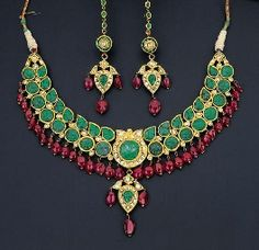 Emerald necklace suspended with rubies