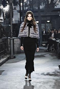 Chanel Métiers d'art 2015-16 Look 9 #ChanelMetiersdArt #ParisinRome Visit espritdegabrielle.com   L'héritage de Coco Chanel #espritdegabrielle