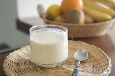A todos nos gusta el yogurt y aunque compremos litros y litros, se termina en menos de lo que canta un gallo. En casa hemos encontrado la solución, porque con Cheese Recipes, Cooking Recipes, Kefir Culture, Natural Yogurt, Food N, Frozen Yogurt, Glass Of Milk, Slow Cooker, Ice Cream