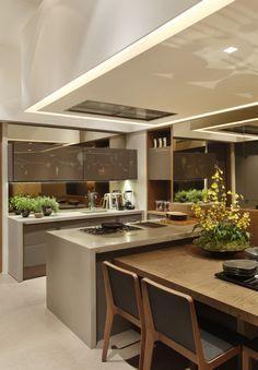 Cozinha branca, preta, com metal e madeira.