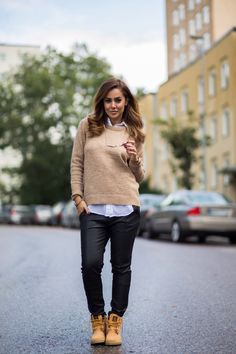 Don't be afraid to wear Timberland boots with smarter outfits in addition to casual ones! Sharareh Sophia Hosseini shows us here that they can also look great with more formal clothes as she pairs them with leather trousers and a white blouse. Trousers/Knit/Shirt: Bikbok, Shoes: Timberland, Clutch: Åhléns.
