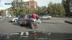 A este motorista le cortan el paso y le intentan dar entre dos - TVEstudio