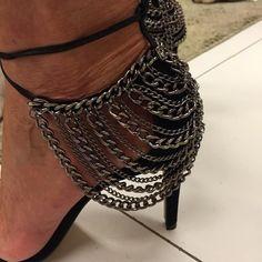 Marina Ruy Barbosa usou sapato com detalhes em correntes e