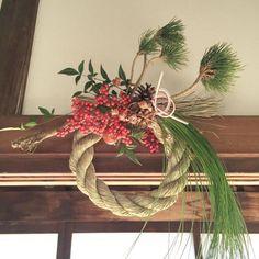 お知らせです。 2016年お正月飾りの会、ただいまご予約受付中です。 . 今年は注連縄の輪飾りに、縁起のいい 根引松、大王松、南天や水引などをあしらいます。お正月の習わしや旧暦のお話などもいたします。 年の瀬の慌ただしい時季かと思いますが、みなさまのお越しをお待ちしております。 . ◯12/21(水) 冬至 北鎌倉 atelier 11:00〜13:00/ 14:30〜16:00 参加費: 5000円(お飲物、お菓子付) お申込みは kumihanauta@live.jp まで . ◯12/26(月) @shonan_t_site にて 10:30〜12:30/ 14:00〜16:00 参加費: 4500円(お飲物、お菓子付) お申込みは湘南T-SITE メールフォームから http://real.tsite.jp/shonan/ . プロフィールに貼っているリンクからも詳細をご覧いただけますので よろしくお願いいたします。 . . . 本日は松庵文庫にて今年最初のお正月飾りの会でした。 午前の部は水引のお教室に通っていらっしゃる方の水引講座が、午後の部は松庵文庫で始まっ...