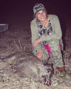 """Linda caçadora alemã @moonshinegang com o resultado da caçada dessa semana! Leiam o relato da caçada:    """"Ontem foi um dia muito agradável e emocionante para mim. Foi o quarto dia da caça à colheita. Logo ouvimos javalis no campo de colza. 🌾  Mas nos levou muita paciência até que eles finalmente saíram. No final, quando estava quase escuro, tínhamos certeza de que havia um porco ainda esperando no último milho de colza.  Ouvimos isso por mais de seis horas. E foi tão excitante !!! Meu…"""