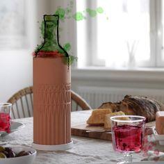 Vinkøler af naturlig rødler med en underskål med hvid glasur. Få den nu i IKEA.