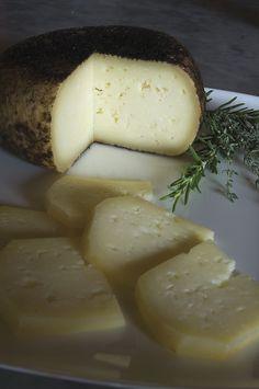 Tuscan Cheese Pecorino Pienza - Anche la Val d'Orcia, come tutte le Terre di Siena, offre prodotti enogastronomici di ottima qualità: l'olio, che si trova al centro dell'agricoltura toscana, la profumata spezia dello zafferano coltivata ed esportata fin dal Medioevo, i formaggi, in particolare il famoso Pecorino di Pienza e i vini rossi.