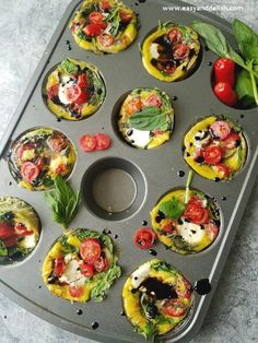Caprese Breakfast Egg Cups is a quick, low carb BAKED FRITTATA made with eggs, spinach, tomatoes, ba Breakfast Cups, Egg Recipes For Breakfast, Brunch Recipes, Vegetarian Breakfast, Dinner Recipes, Easy Healthy Meal Prep, Easy Healthy Recipes, Healthy Eating, Healthy Foods