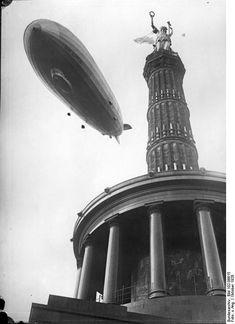 "The Graf Zeppelin flies over the Victory Column, 1928. - Bundesarchiv Bild 102-06615, Berlin, ""Graf Zeppelin"" über der Siegessäule"