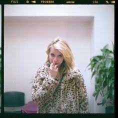Emma Roberts funny finger to nose face leopardskin coat chic Cool Girl, My Girl, Mystic Girls, Blake Steven, Grunge, Emma Rose, American Horror Story, Celebs, Celebrities