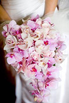 Ramo de novia en cascada con rosas y orquideas con detalles de perlas y brillos