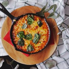 Gnocchi Gratin Bolognese : A skillet of gnocchi smothered in meaty sauce and bubbly cheese is comfort food at its best. A skillet of gnocchi smothered in meaty sauce and bubbly cheese is comfort food at its best. Sausage Recipes, Casserole Recipes, Beef Recipes, Cooking Recipes, Pesto Vegan, Bolognese Recipe, Gnocchi Bolognese, Scallop Recipes, Bariatric Recipes