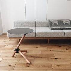 本当に必要なモノ達と暮らす〜余白のある空間づくりが快適さを生み出す家___omalさんのおうちを探索! | ムクリ[mukuri] Kitchen Decor, Furniture, Table, Chair, Home, Interior, Coffee Table, Home Decor, Room