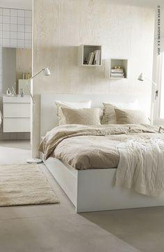 Verschillende tinten wit met onbehandeld hout zorgen voor een rustgevend effect en brengen sereniteit in de slaapkamer.