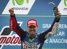 世界ロードレース選手権(WGP 2014)第14戦、アラゴンGP決勝。表彰台で喜ぶモビスター・ヤマハ(Movistar Yamaha)のホルヘ・ロレンゾ(Jorge Lorenzo、2014年9月28日撮影)。(c)AFP=時事/AFPBB News