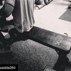 """#Repost @zadde28  Good morning #fitfam  Momentan steht bei mir eher #yolo Training an.  Bin viel amexperimentieren. Im neuen Jahr gibt's dann einen neuen Plan.  Damit will ich aber nicht sagen dass man andauernd das Training umwerfen sollte.  Ich befinde mich momentan quasi in meiner OffSeason  trainiere sehr unspezifisch mit Fokus Hypertrophie.  Sehr viel """"bodybuildung style of Training"""" wobei ich diese Unterscheidung hasse.  Kraftsportler und Bodybuilder trainieren prinzipiell gleich…"""