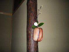 Flower: camellia(tsubaki),spike winter hazel(tosa-mizuki) FlowerContainer: ceramic(bizen-hidasuki vase) 2011.12.12