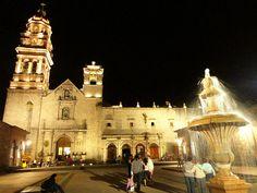 Este es el templo de San Agustín en #Morelia, alrededor encontrarás todo tipo de antojitos de la región y está a sólo cuatro cuadras si te quedas con nosotros! #SéBienvenidoAquí