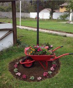 Amazing DIY flower arrangements for an unbelievable yard or garden – front yard fence ideas Garden Yard Ideas, Diy Garden Decor, Lawn And Garden, Garden Projects, Garden Pots, Diy Projects, Amazing Gardens, Beautiful Gardens, Wheelbarrow Garden