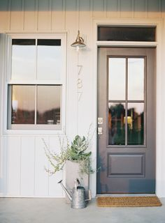70 Best Modern Farmhouse Front Door Entrance Design Ideas 57 – Home Design Modern Exterior, House Entrance, American Farmhouse, Exterior Design, New Homes, Farmhouse Front Door, Modern Farmhouse Exterior, Modern Farmhouse, Farmhouse Exterior Colors