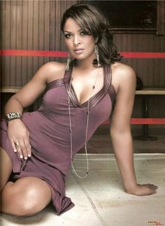 Laila  Ali---- is a retired American professional boxer. She is the daughter of retired heavyweight boxing legend Muhammad Ali of his third wife, Veronica Porsche Ali.