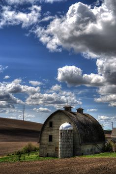 JUST PLAIN COUNTRY CHARM <3 Barn under a beautiful sky.