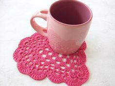 Cotton lace coaster fuchsia color heart shape por NeedlesOfSvetlana