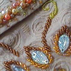 Bordado con perlas y piedras/ Maria L.Bertolino/ www.pinterest.com...