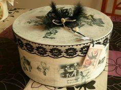 Hutschachtel- Aufbewahrungsbox liebevoll gestaltet im Shabby chic Stilinnen und außen bemalt und lakiert